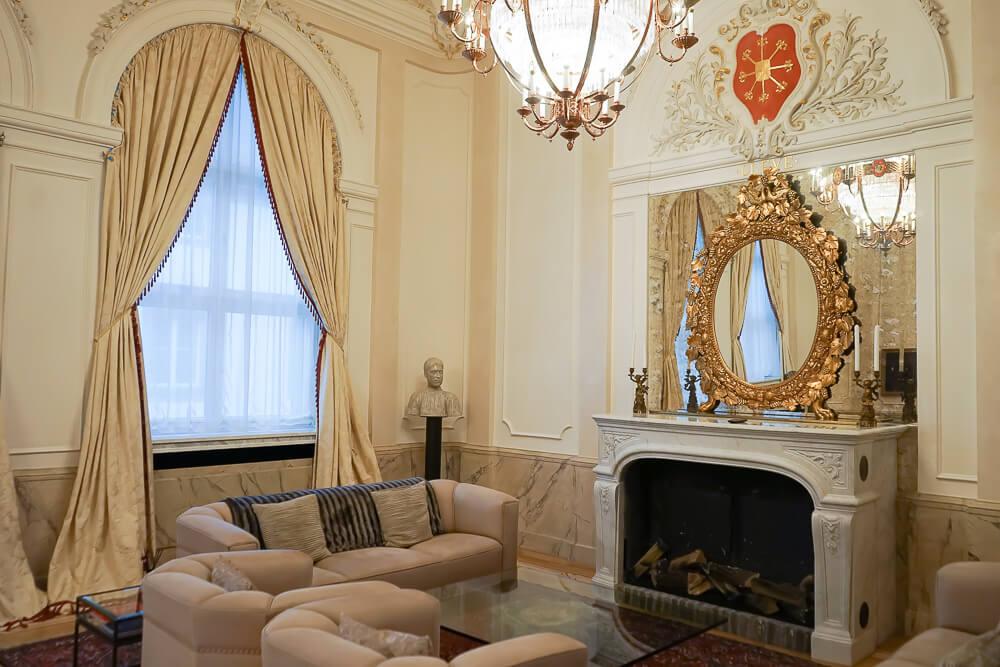 Derag Livinghotel De Medici - Fürstensuite Wohnzimmer mit Kamin