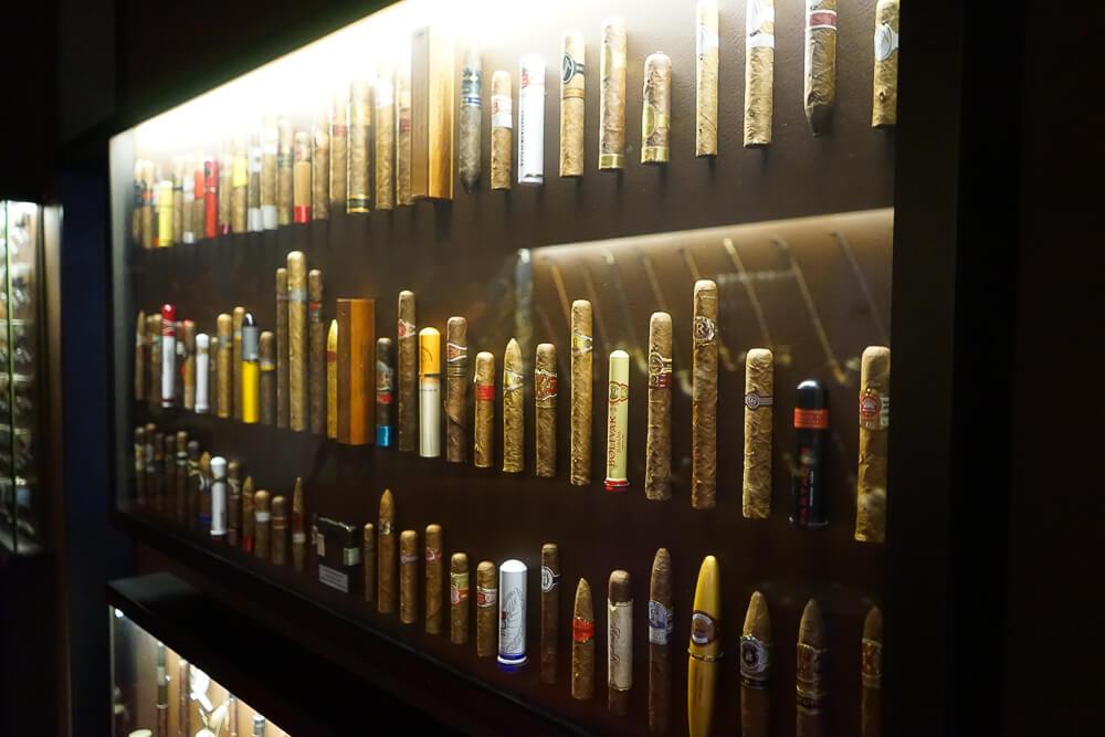 Derag Livinghotel De Medici - Zigarrensammlung in der Zigarrenlounge