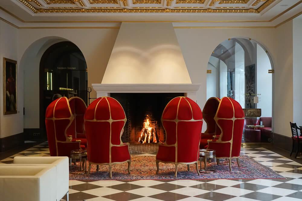 Derag Livinghotel De Medici - wärmender Kamin in der Lobby