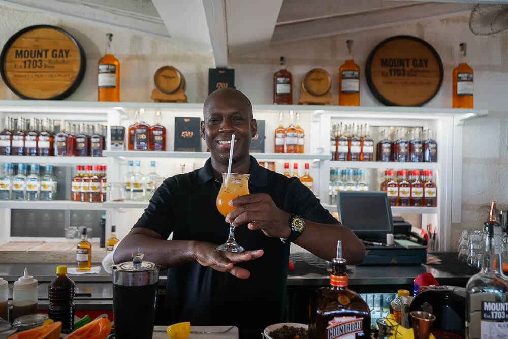 Mount Gay Rum, Barbados - Bartender mit fertigem Cocktail