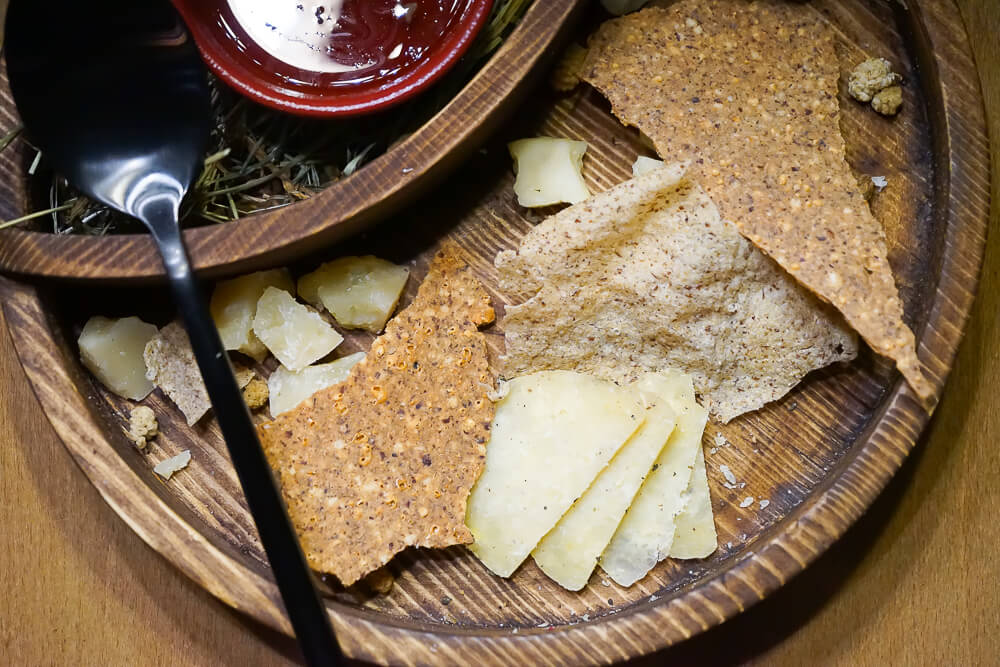 Po tihomu Gastrobar, Sochi - lokale Käseplatte mit Thymianhonig