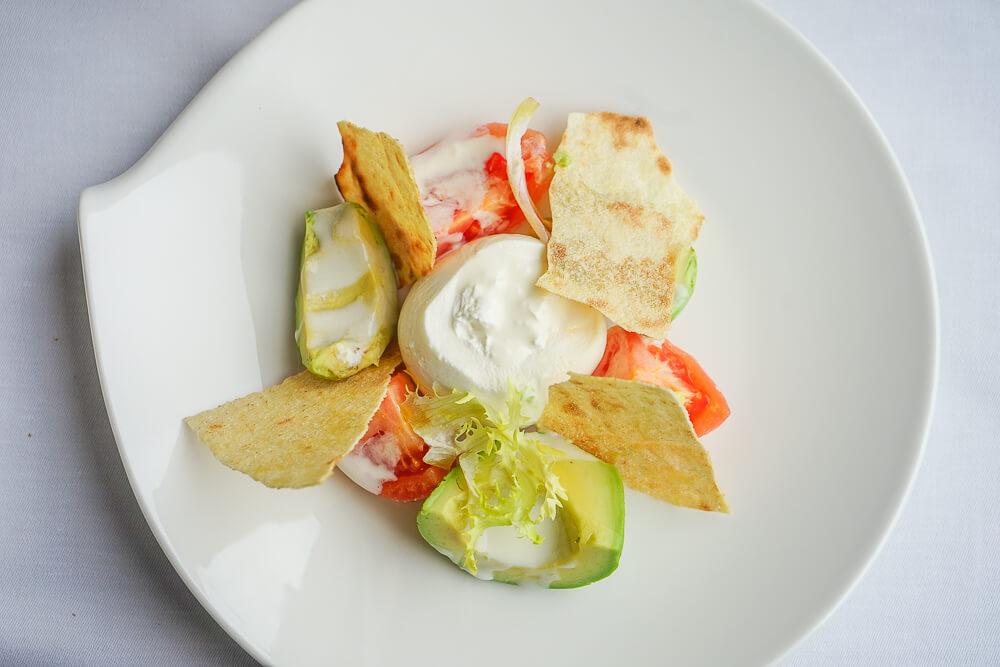 Carlton Hotel St. Moritz - Sonnenterrasse Lunch - Burrata Salat Avocado, Tomate, Knuspriges sardisches Brot