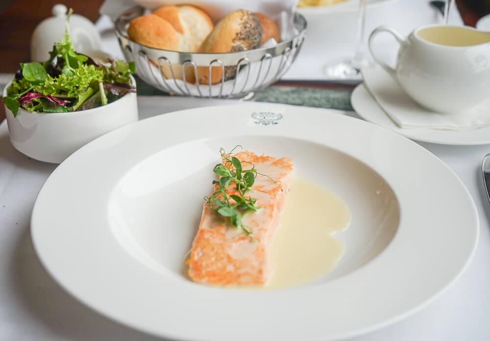Carlton Hotel St. Moritz - Sonnenterrasse Lunch - Gebratener Lachs, Salat, Zitronen Buttersoße