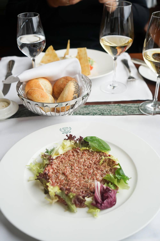 Carlton Hotel St. Moritz - Sonnenterrasse Lunch - Rindertatar vom Emmentaler Rind, Brot, Garnituren 2