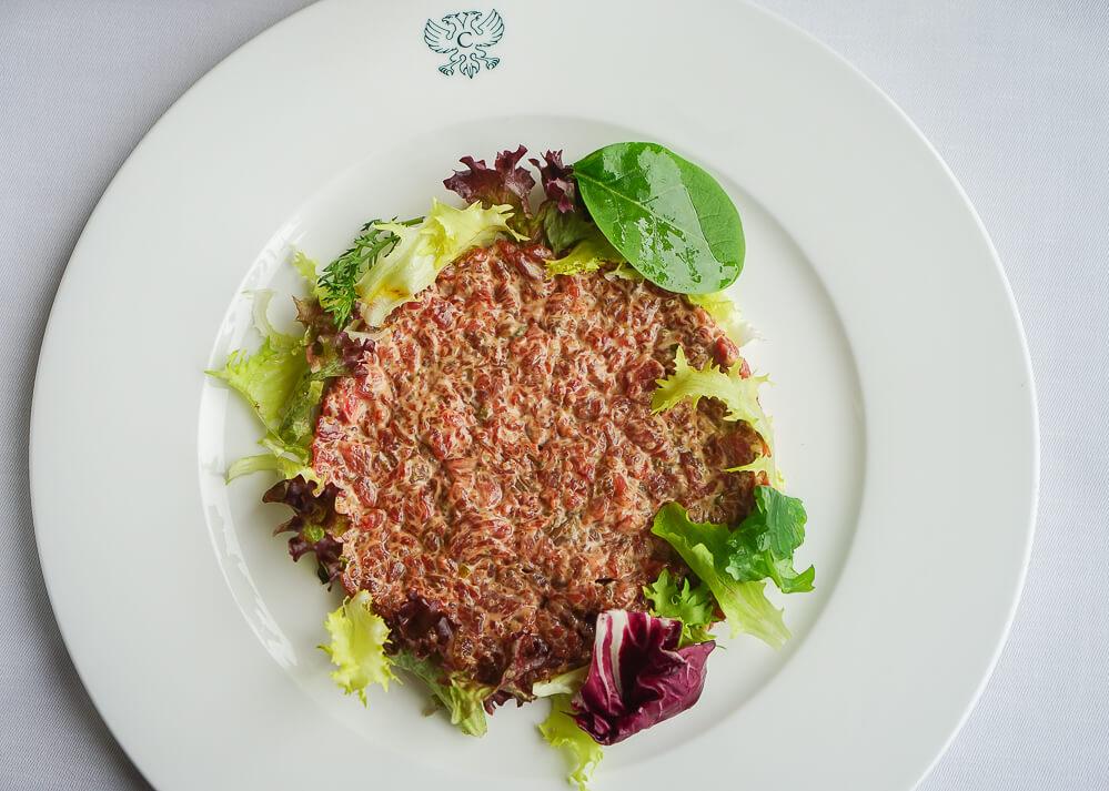 Carlton Hotel St. Moritz - Sonnenterrasse Lunch - Rindertatar vom Emmentaler Rind, Brot, Garnituren 3