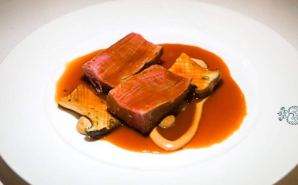Carlton St. Moritz - Romanoff Restaurant - Schweizer Rinderfilet, Rotweinsoße, Waldpilze