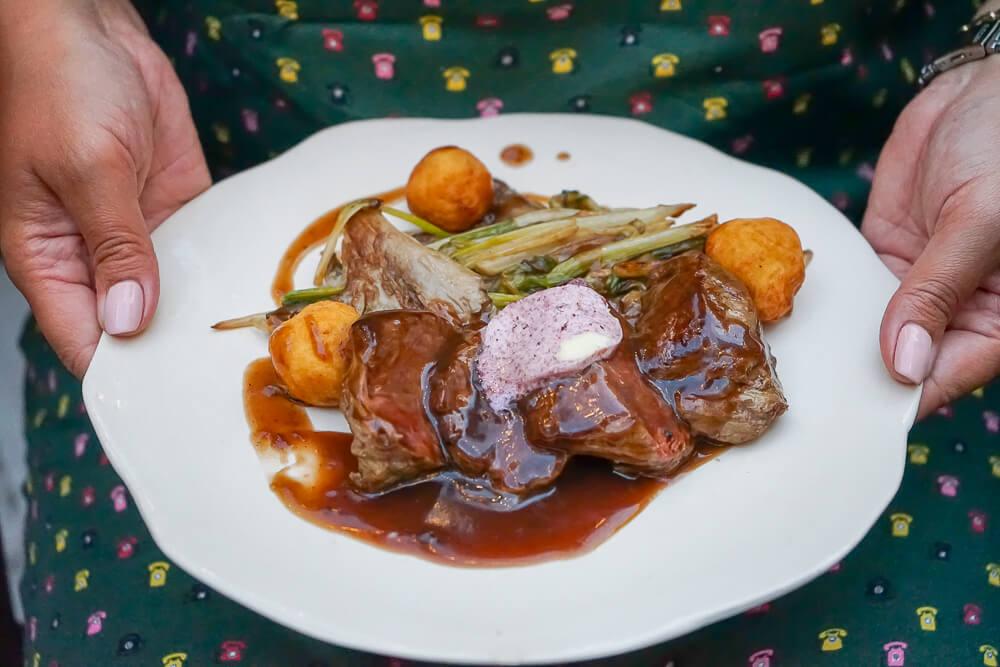g.Vino Hotel & Restaurant Tiflis - Schweinebraten mit Lauchgemüse