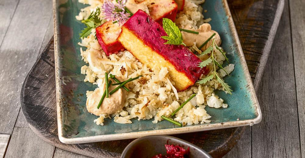 Blumenkohl-Mandel-Wok mit Mandelcreme, Rote-Beten-Tofu und Gartenkräuter
