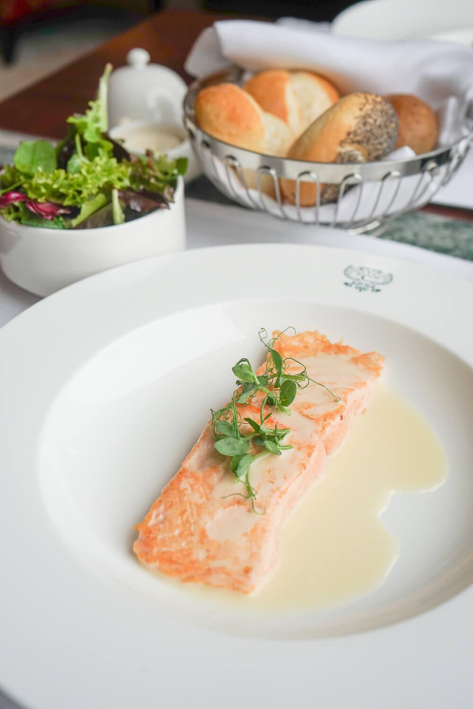 Confierter Lachs mit gemischtem Salat