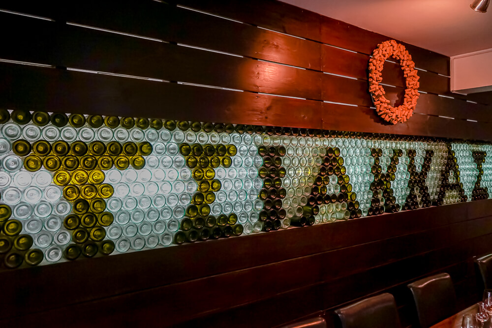 Tsiakkas Weingut Zypern - kreatives Tasting Area