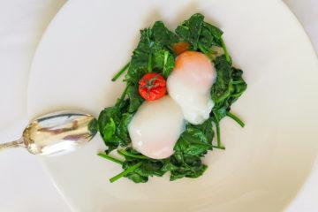 Pochierte Eier mit Spinat und Tomaten Rezept