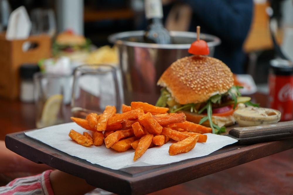 Cafe Roux, Noordhoek - Beef Burger und Süßkartoffel Fritten