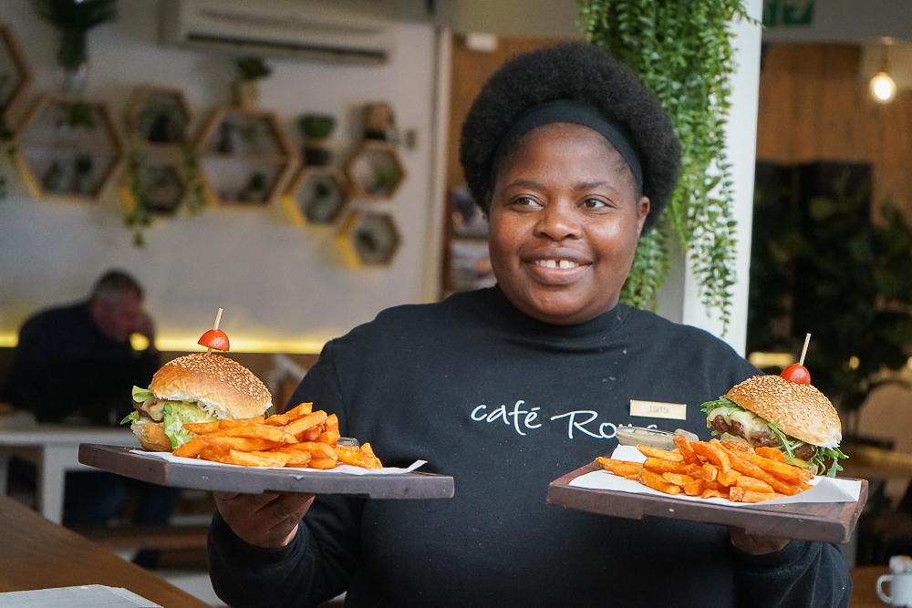 Cafe Roux, Noordhoek - nette Bedienung serviert Burger