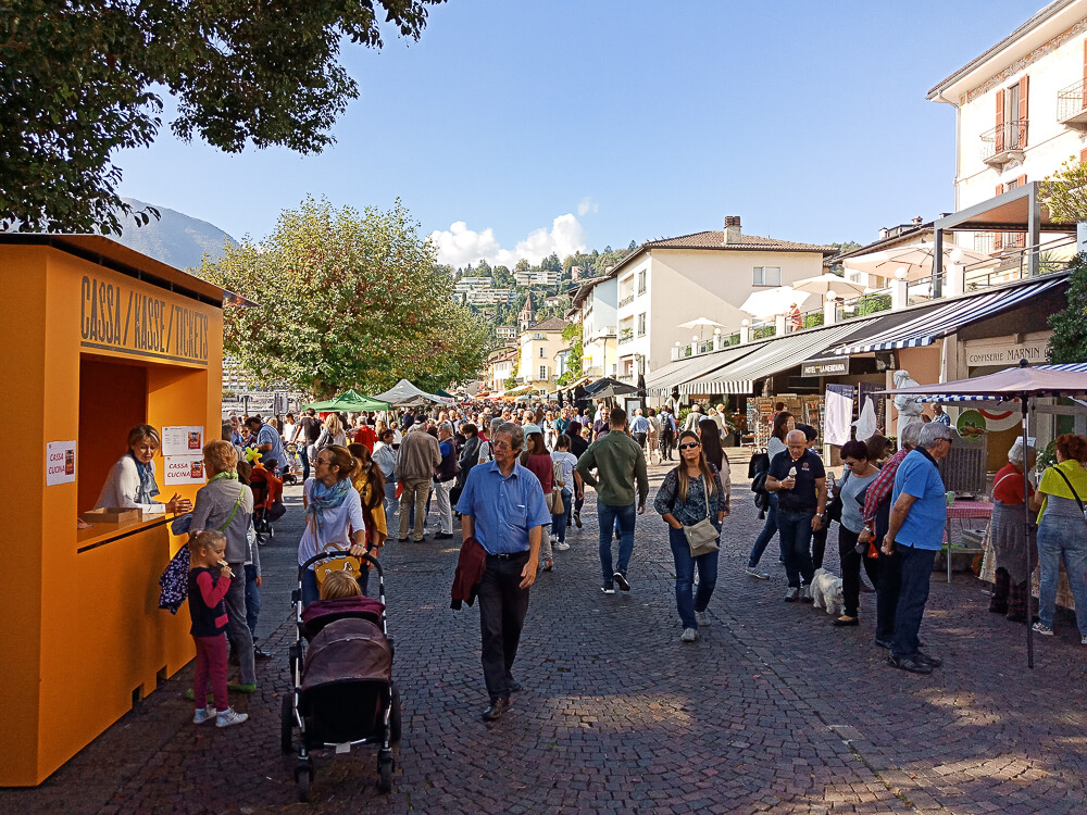 Kastanienfest in Ascona - volle Promenade in Ascona