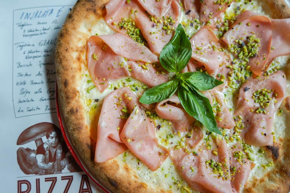 Pizza mit Mortadella, Pistazien, Pfeffer, Mozzarella 2