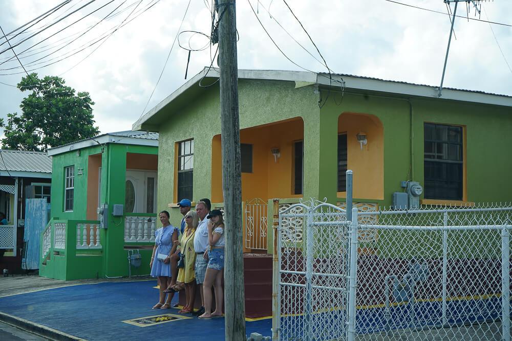 Rihanna Drive auf Barbados - Selfie Touristen vor dem Haus