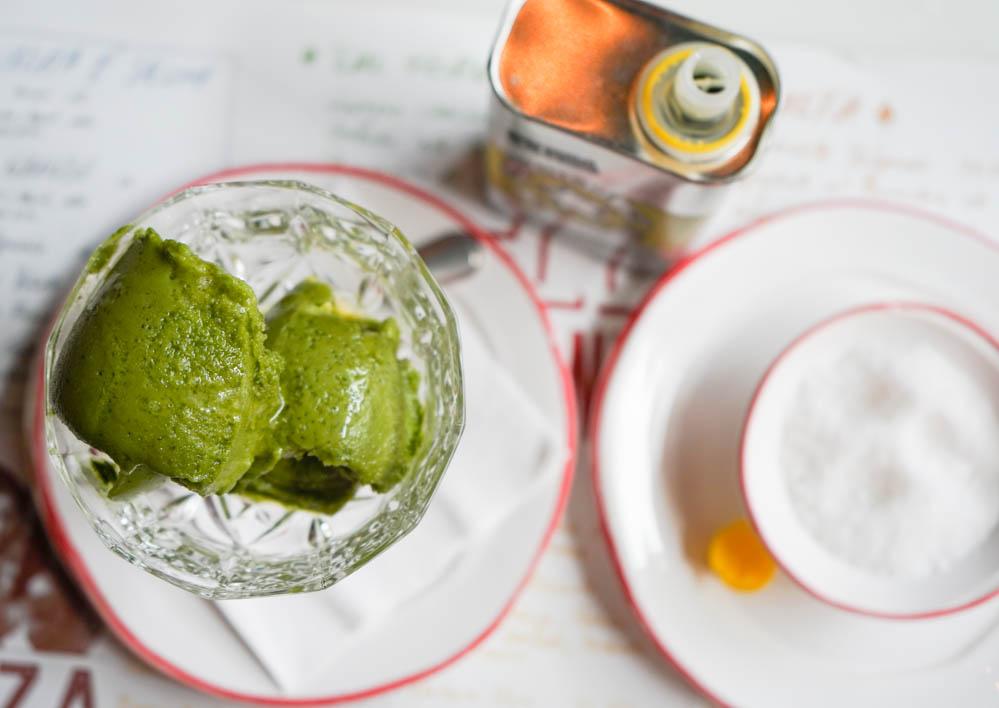 Sorbeto a la Mentha mit Olivenöl und Meersalz