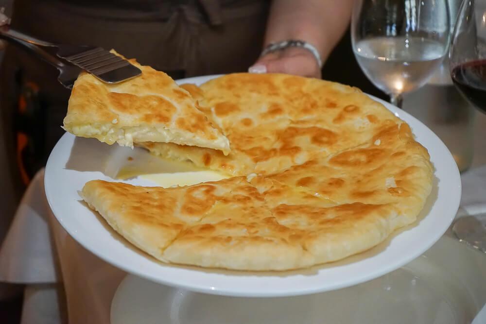 Mindal Café, St. Petersburg - Chatschapuri mit Käse gefüllt