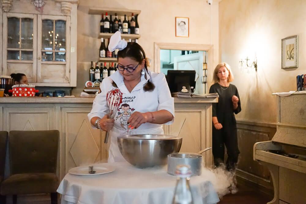 Mindal Café, St. Petersburg - Marina bei der Zubereitung unseres Deserts