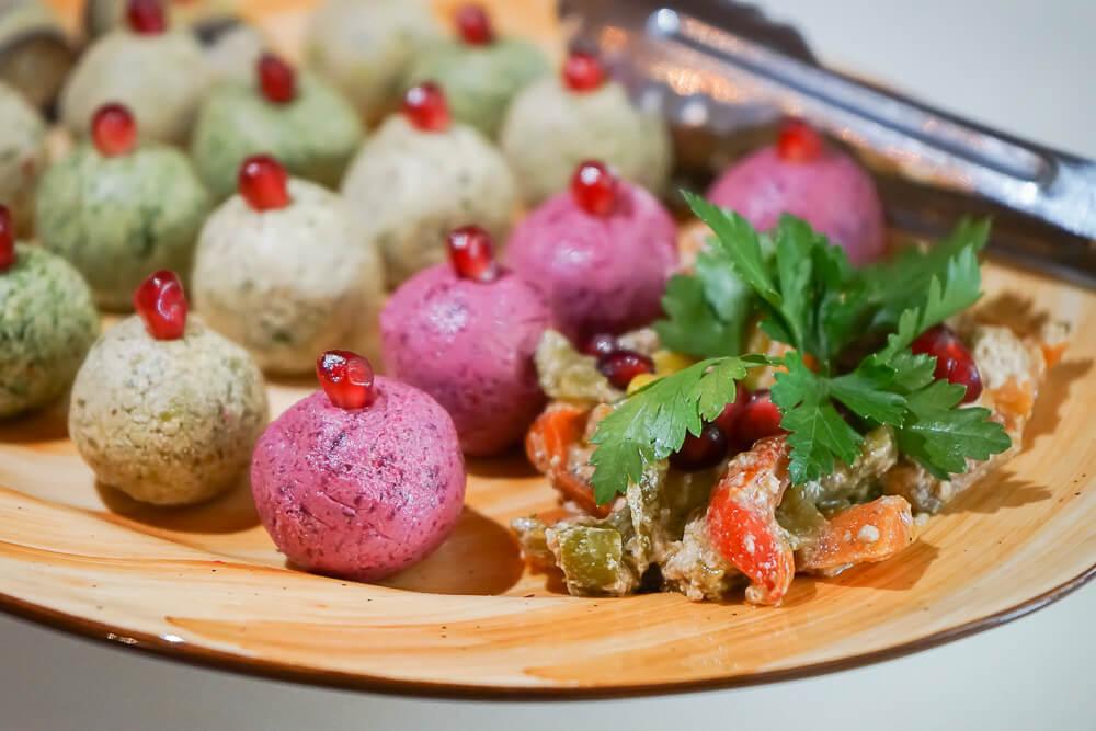 Mindal Café, St. Petersburg - diverse Walnussbällchen mit Granatapfel