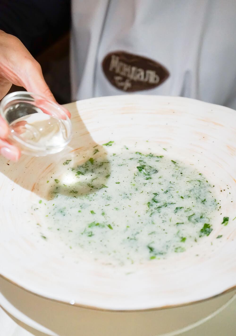 Mindal Café, St. Petersburg - traditionelle Suppe mit etwas Essig