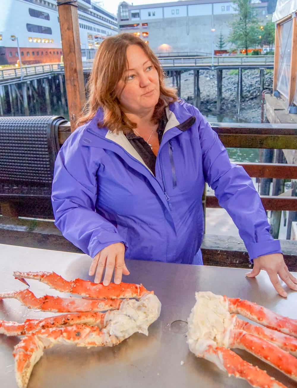 Tracy's King Crab Shack, Juneau - Tracy erklärt Krabben