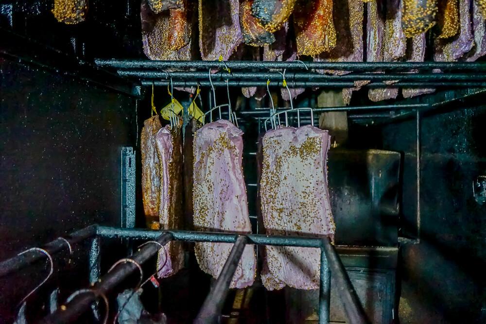 Agros auf Zypern - traditionelle Räucherprodukte - Schinken am Räuchern