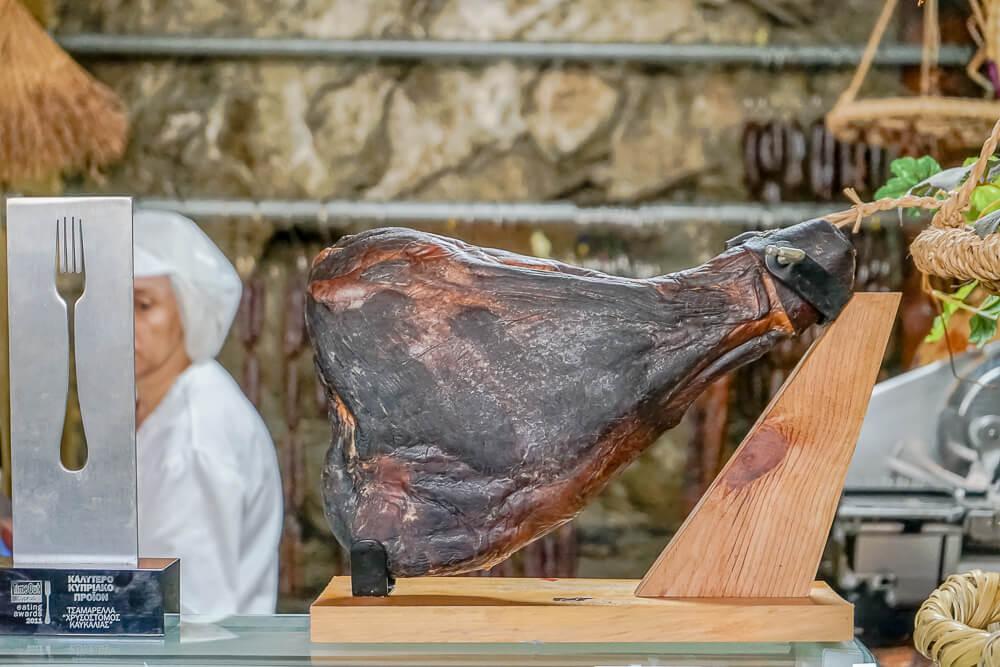 Agros auf Zypern - traditionelle Räucherprodukte - ganzer Rauchschinken