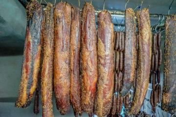 Agros auf Zypern - traditionelle Räucherprodukte - mit Koriander gewürzte Schweinefilets
