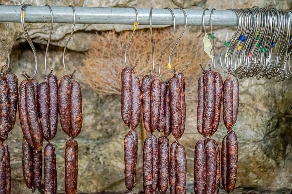 Agros auf Zypern - traditionelle Räucherprodukte - traditionelle Rauchwurst