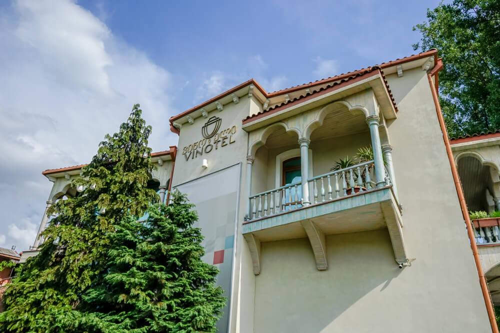 Vinotel Restaurant, Tiflis - Außenansicht Hote, Restaurant, Weinkeller