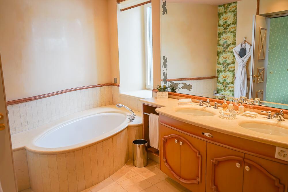 Carlton Hotel St.Moritz - Badezimmer mit Riesenwanne