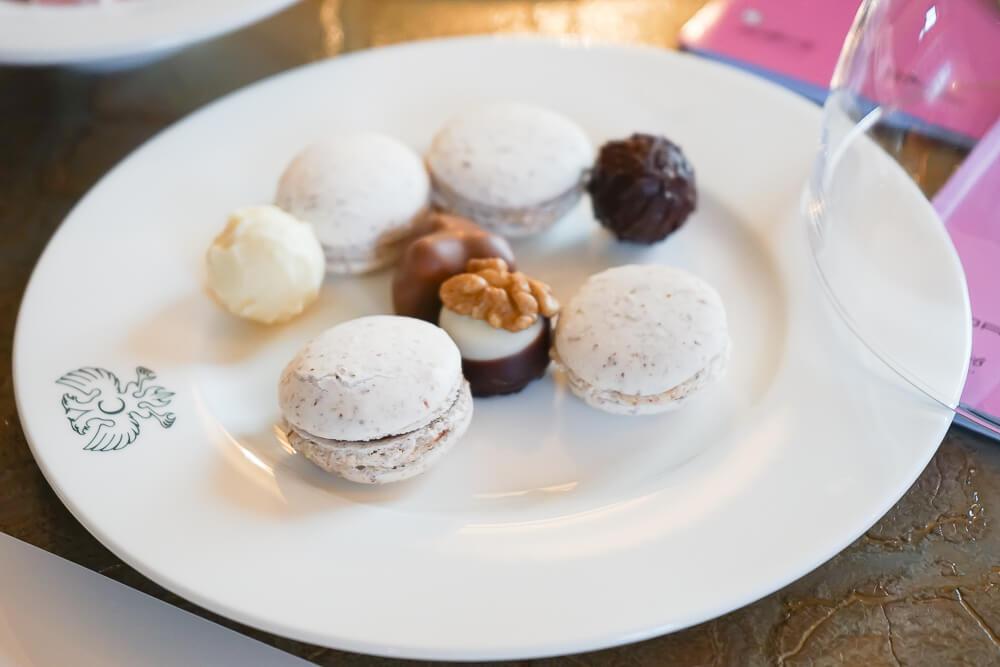 Carlton Hotel St.Moritz - Macarons als Herzliches Willkommen