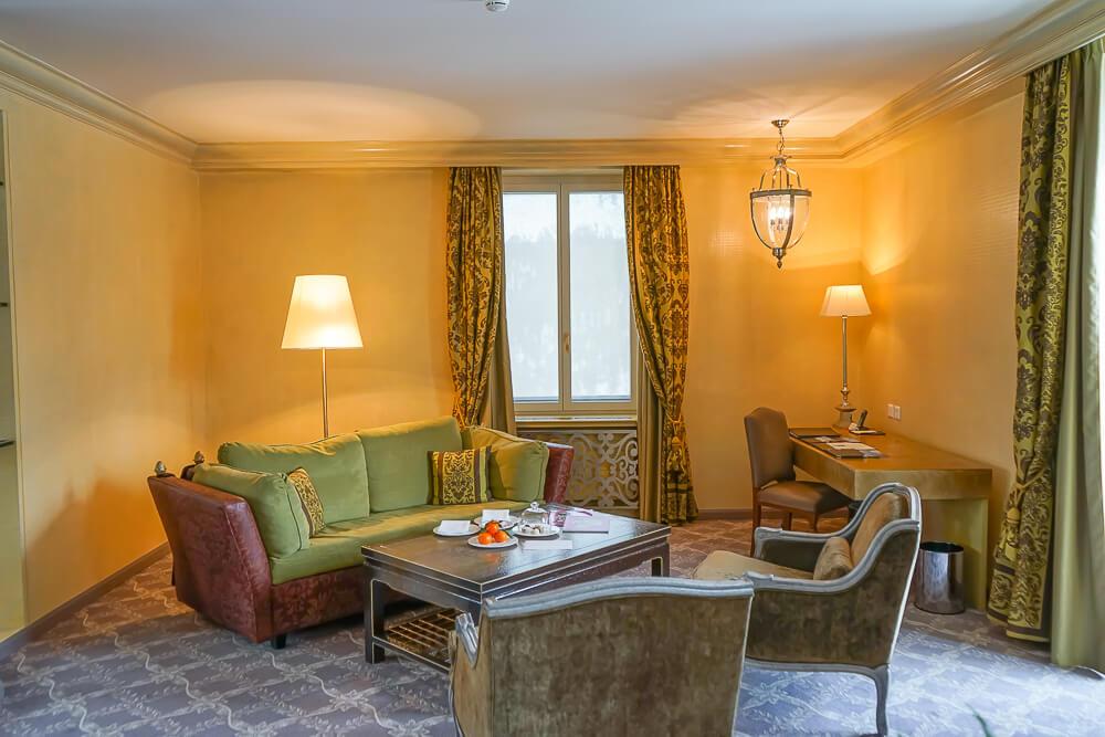 Carlton Hotel St.Moritz - Sitzecke und Office Tisch