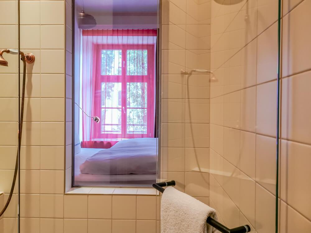 25hours Hotel München The Royal Bavarian - Dusche mit Aussicht