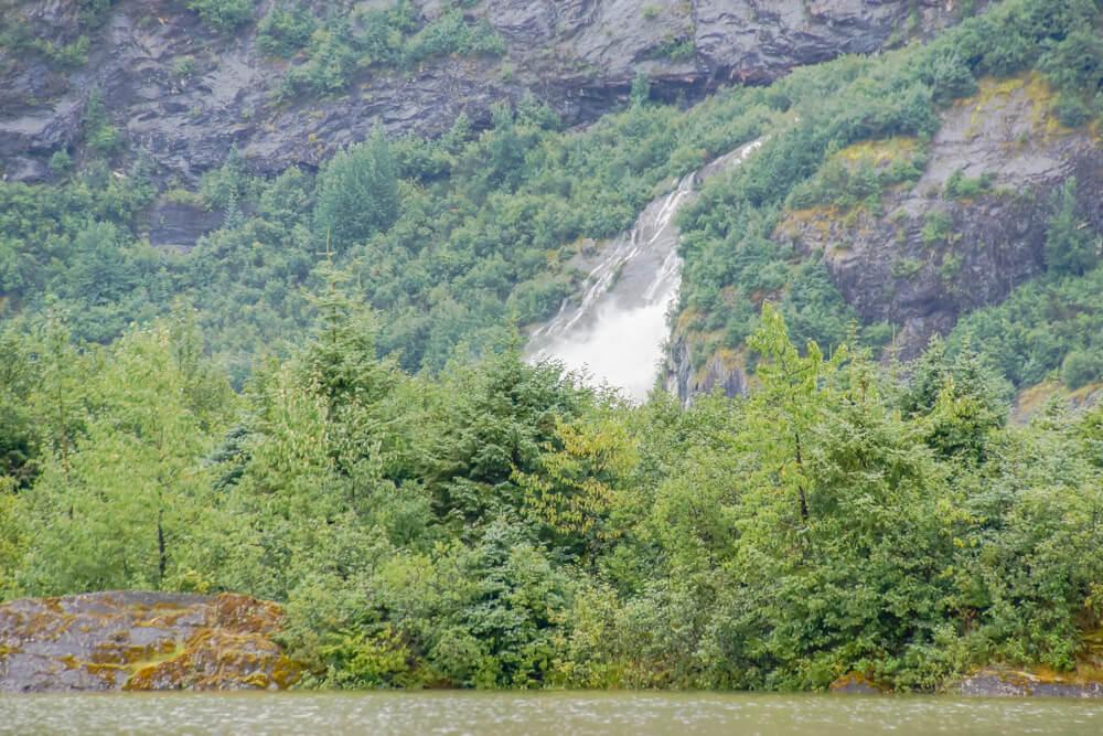 Mendenhall-Gletscher - Wald und Wasserfälle