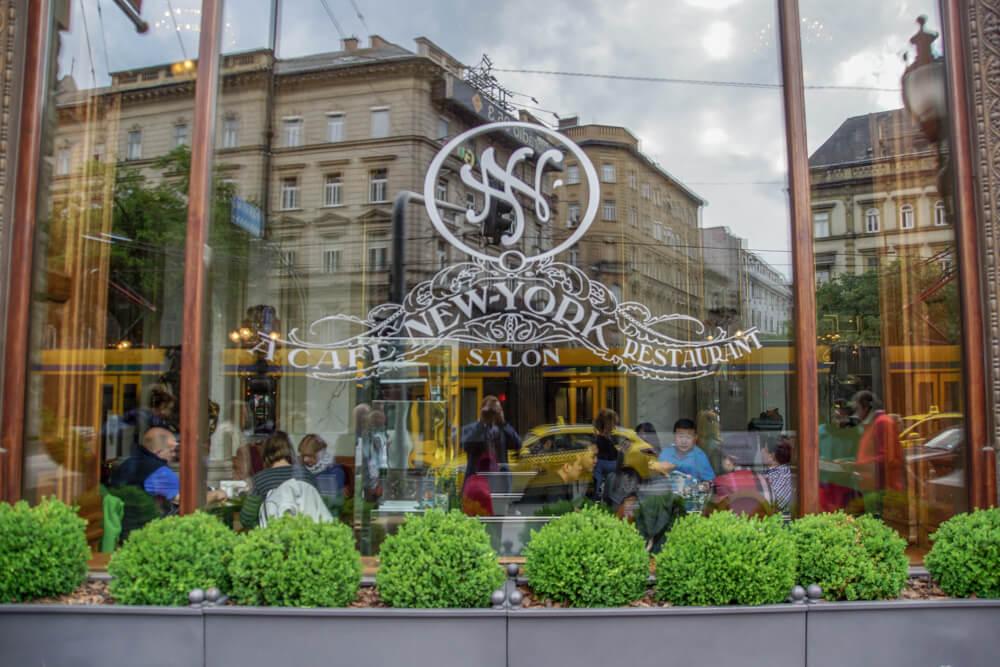 New York Café in Budapest, Ungarn - von Außen