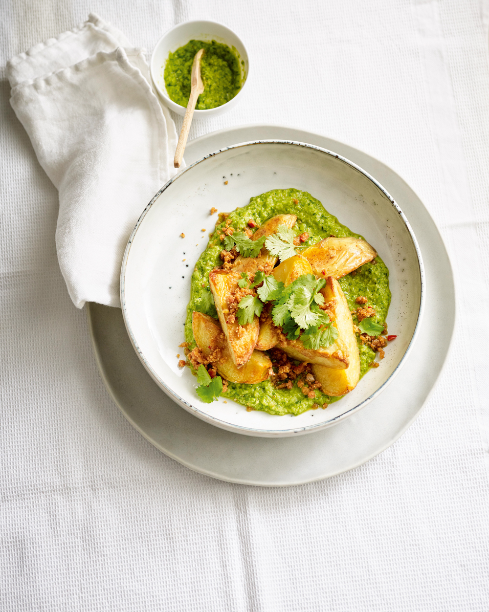 Ofenkartoffeln Farofa Erbsenkraeuter und Pesto