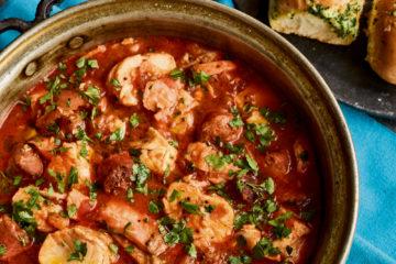 Chorizo-Fisch-Eintopf mit Knoblauchbrötchen