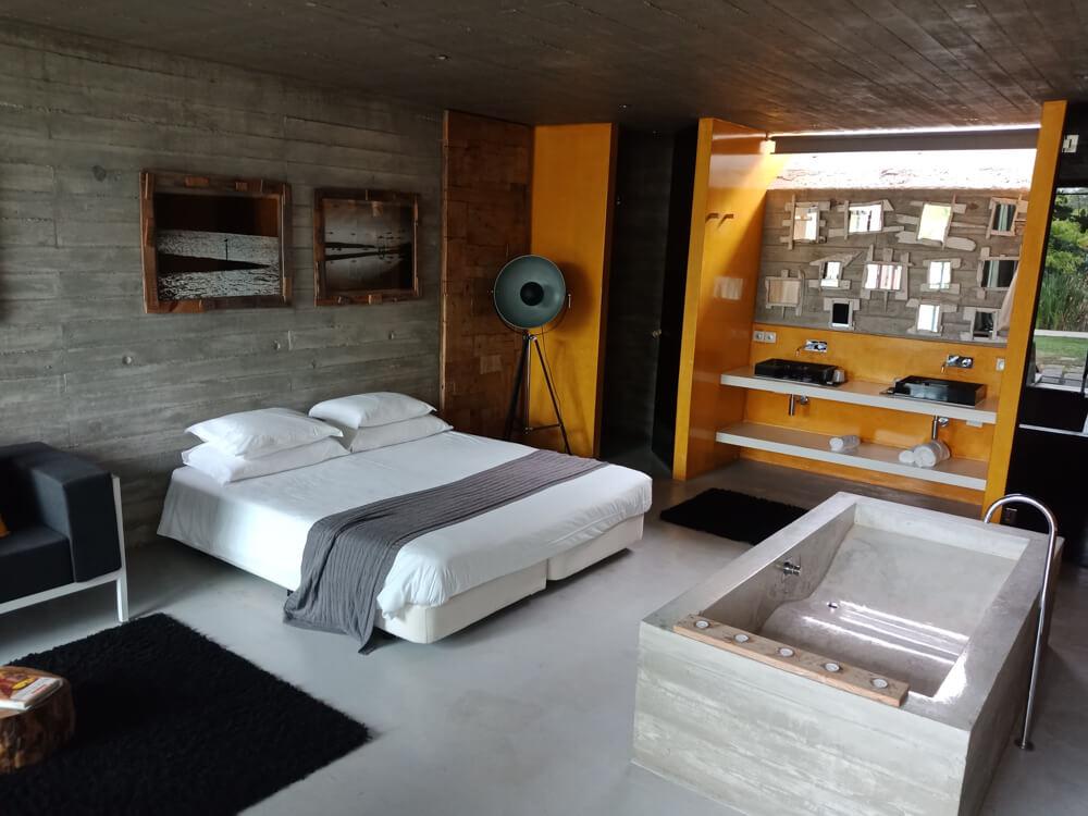 Rio do Prado Hotel, Portugal - Suite mit großer Badewanne